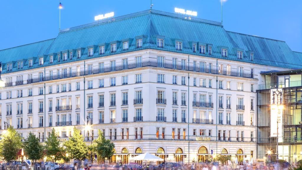 Architekturfotografie: Berlin - Hotel Adlon zur blauen Stunde | Foto: Dieter Eikenberg, imprints
