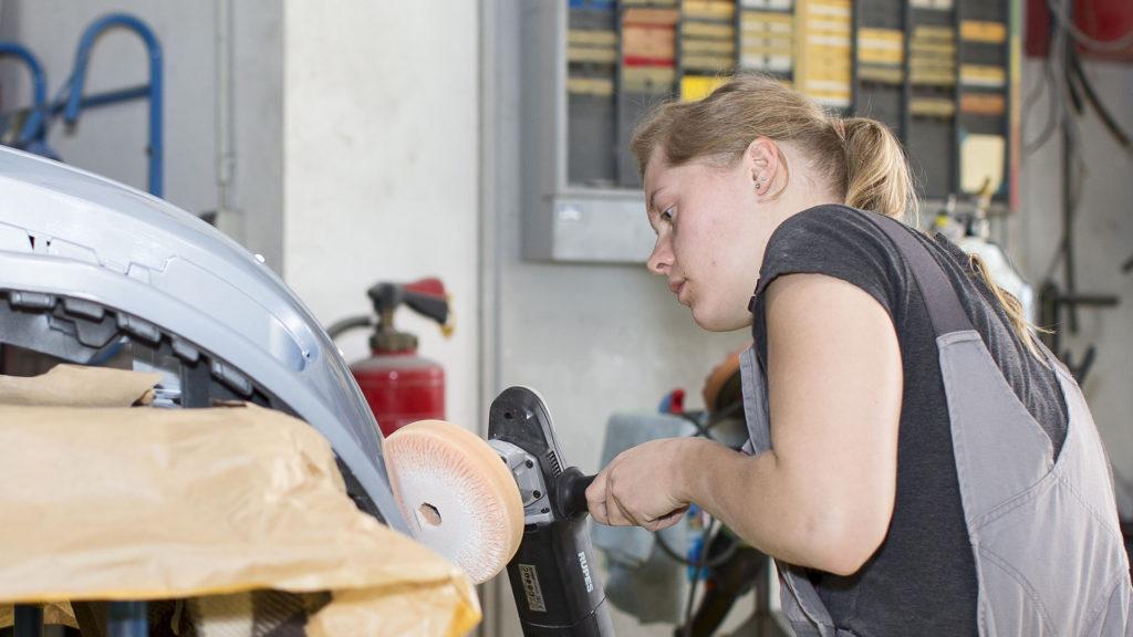 Unternehmensporträt Karosseriebetrieb, Fotos aus der Arbeitswelt: Polieren | Foto: Dieter Eikenberg, imprints