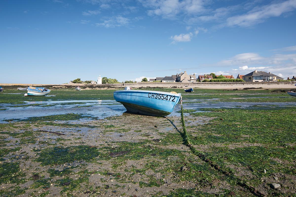 Landschaftsfotografie, Regionalporträt: Boot im Hafen von Barfleur, Normandie | Foto: Dieter Eikenberg, imprints