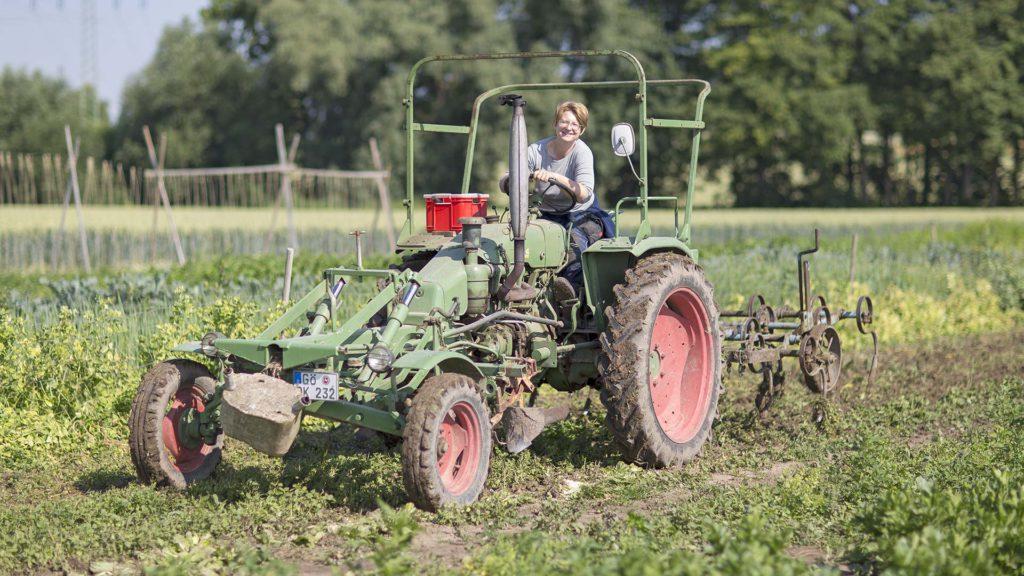 Unternehmensporträt Biohof, Fotos aus der Arbeitswelt: Traktor – Feldarbeit | Foto: Dieter Eikenberg, imprints