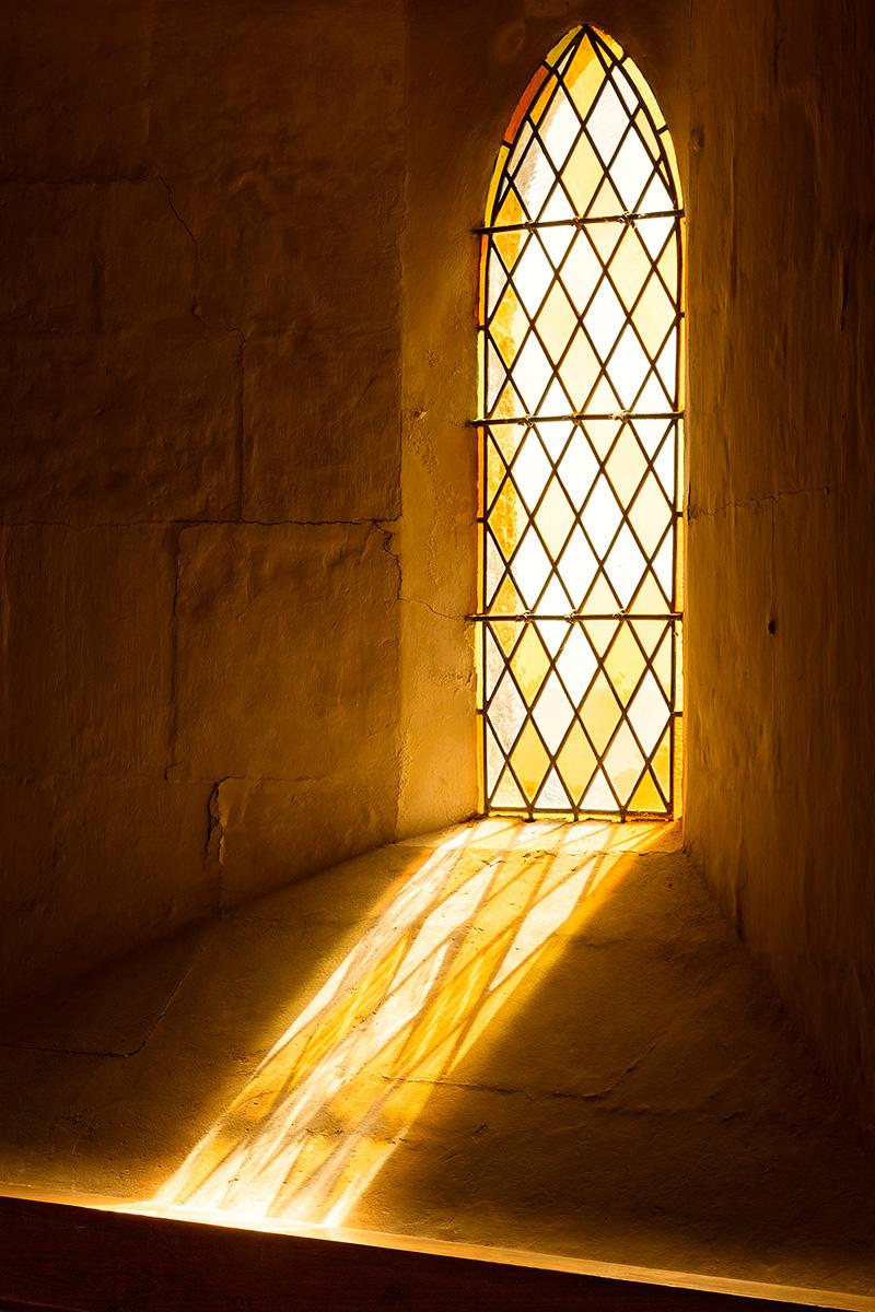 Architekturfotografie, Regionalporträt: Lichtschein durch Kirchenfenster, Barfleur, Normandie | Foto: Dieter Eikenberg, imprints