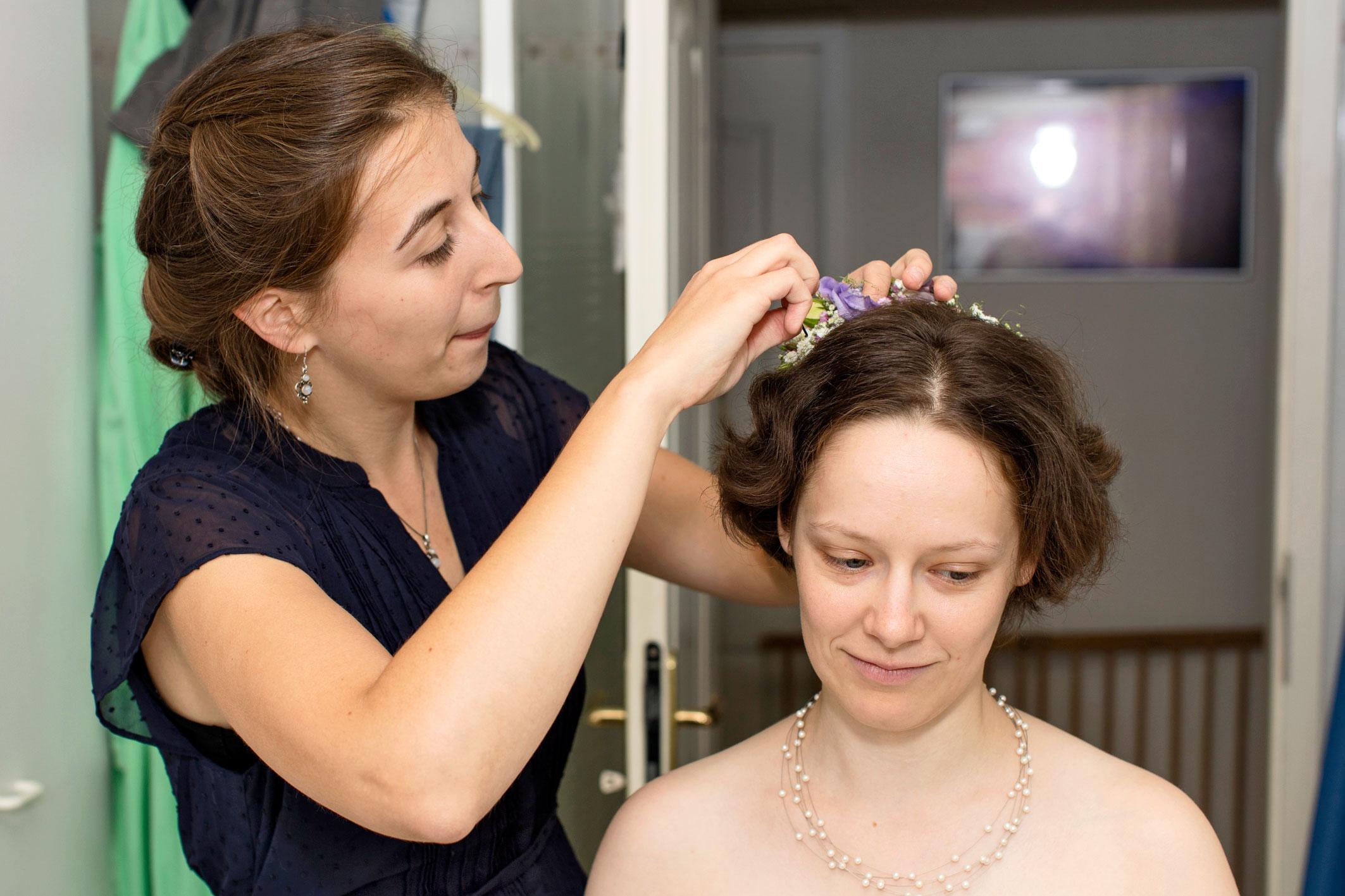 Hochzeitsfotografie: Hochzeitsvorbereitung: Haarschmuck für die Braut | Foto: Dieter Eikenberg, imprints