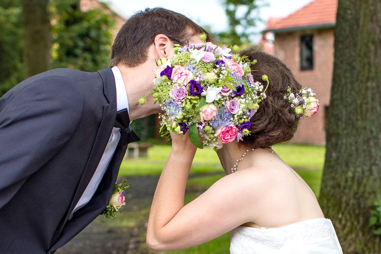Hochzeitsfotografie: Hochzeitspaar mit Brautstrauss | Foto: Dieter Eikenberg, imprints
