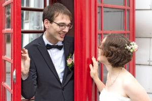 Hochzeitsfotografie: Hochzeitspaar am Telefonhäuschen | Foto: Dieter Eikenberg, imprints
