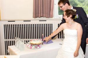 Hochzeitsfotografie: Hochzeitspaar schneidet Hochzeitstorte an | Foto: Dieter Eikenberg, imprints