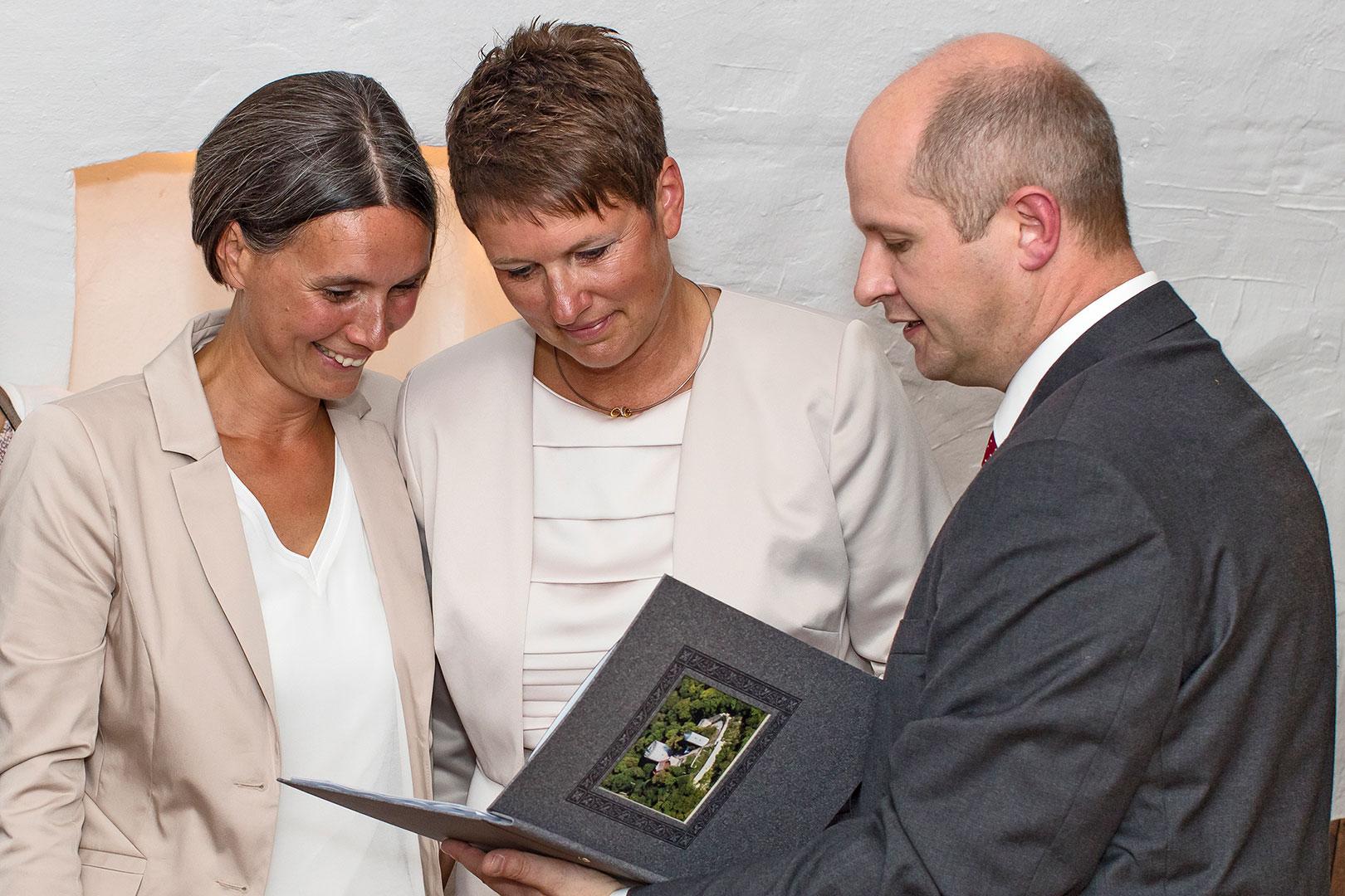 Hochzeitsfotografie: Hochzeitspaar mit Standesbeamten | Foto: Dieter Eikenberg, imprints