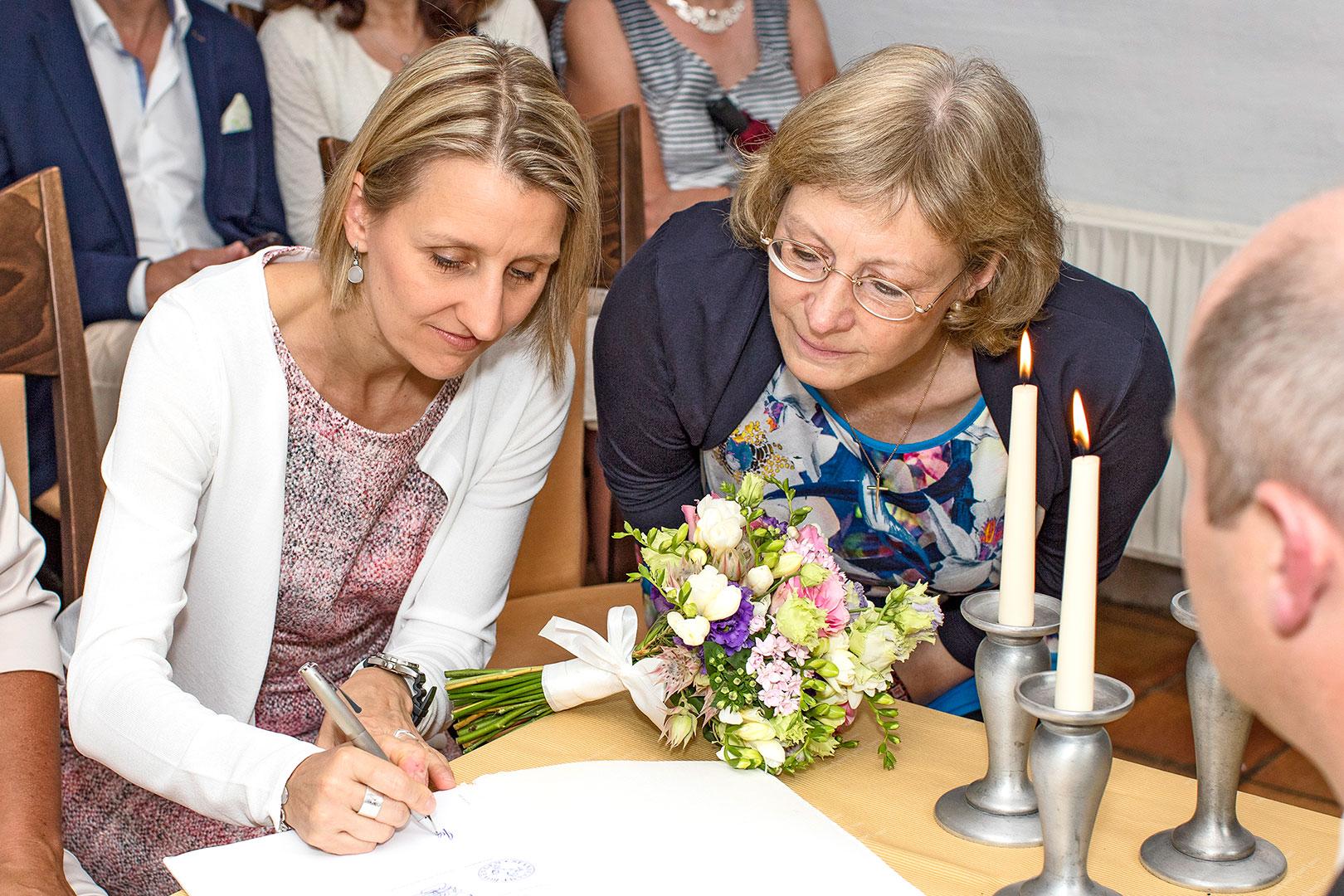 Hochzeitsfotografie: Hochzeitsvorbereitung: Trauzeuginnen bei der Beurkundung | Foto: Dieter Eikenberg, imprints
