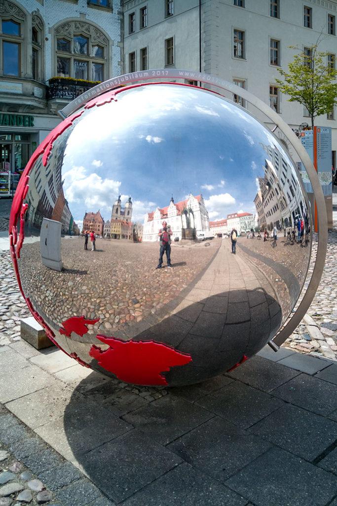 Regionalporträt: Kugel-Selfie in Wittenberg   Foto: Dieter Eikenberg, imprints