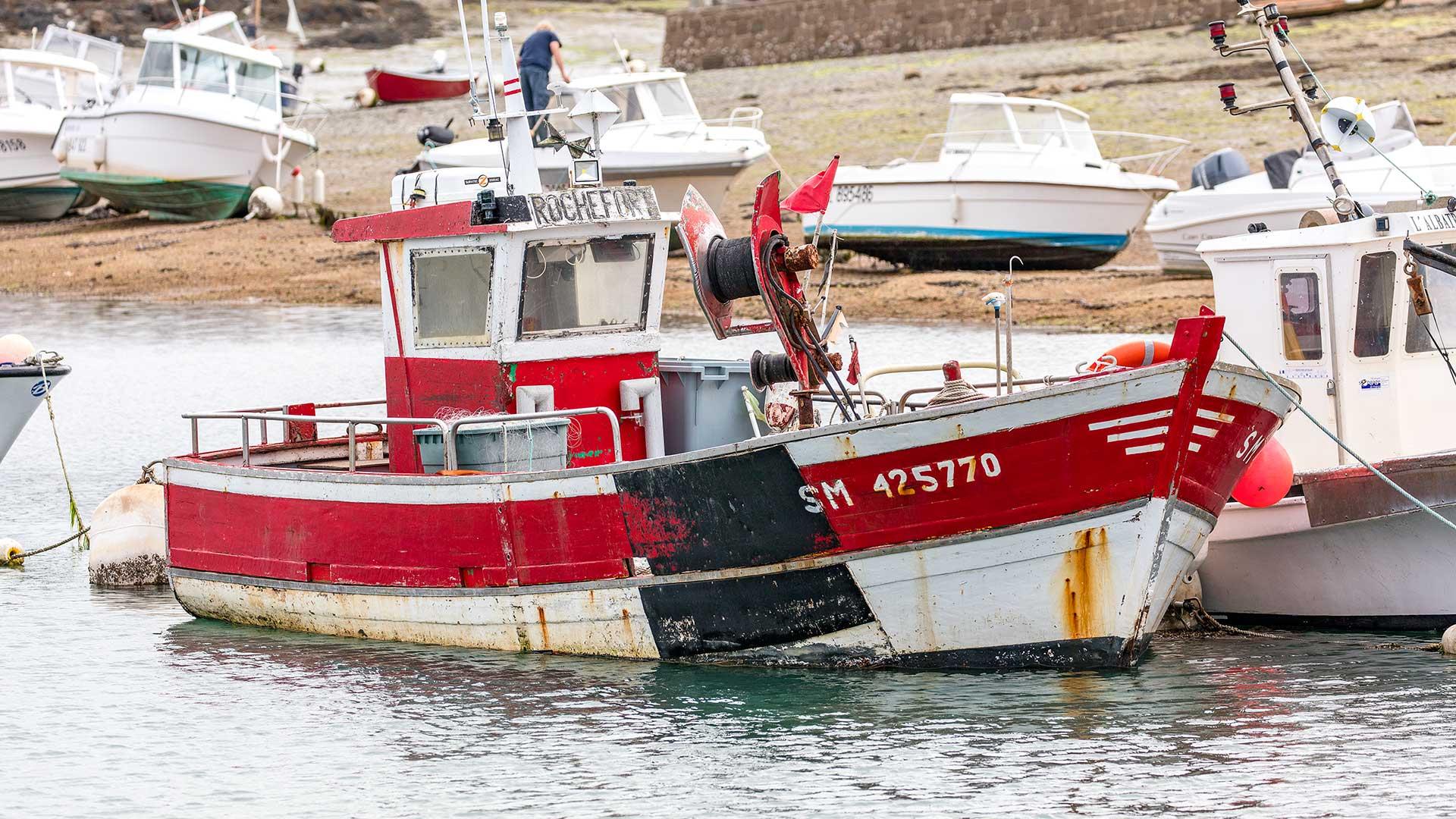 Landschaftsfotografie: Côte de Granit Rose – Rotes Boot im Hafen | Foto: Dieter Eikenberg, imprints