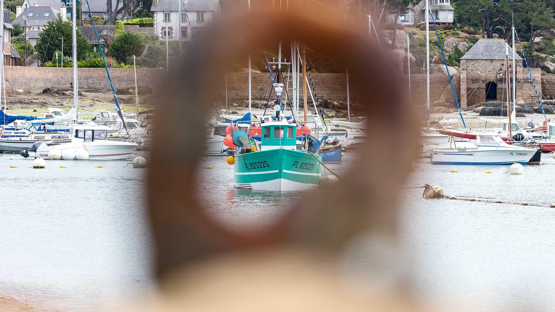 Landschaftsfotografie: Côte de Granit Rose – Hafen: Blick durch Ring zum Festmachen von Booten | Foto: Dieter Eikenberg, imprints