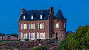 Landschaftsfotografie: Côte de Granit Rose – Eifelhaus zur Blue Hour | Foto: Dieter Eikenberg, imprints