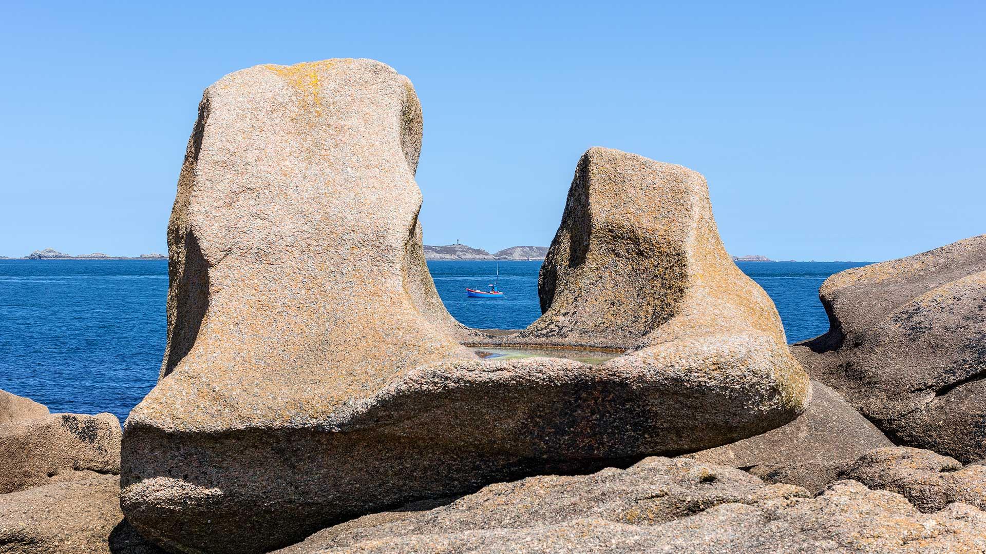 Landschaftsfotografie: Côte de Granit Rose - U-förmiger Felsen mit Boot | Foto: Dieter Eikenberg, imprints