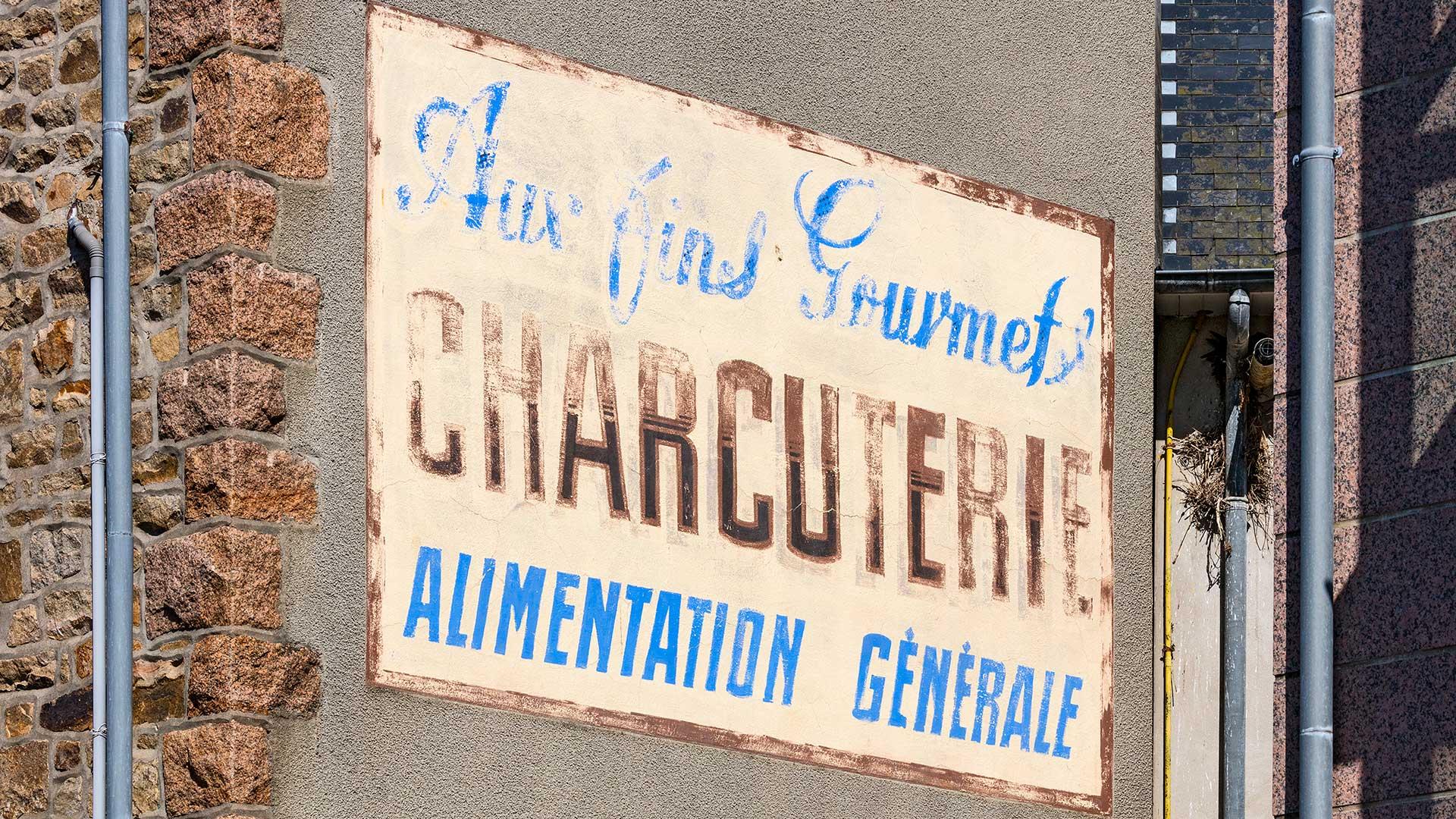 Regionalporträt: Bretagne, altes Firmenschild – Charcuterie | Foto: Dieter Eikenberg, imprints