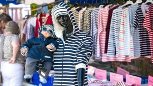 Regionalporträt: Bretagne Märkte – Puppen – Bretonisches Streifenshirt | Foto: Dieter Eikenberg, imprints