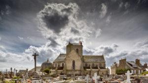Architekturfotografie: Barflur – Kirche mit Friedhof, Normandie   Foto: Dieter Eikenberg, imprints