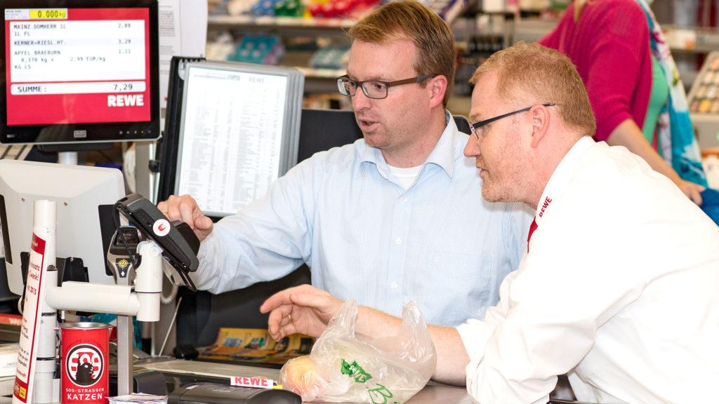 Pressefotografie: Benefizaktion mit Bürgermeister und REWE-Marktleiter | Foto: Dieter Eikenberg, imprints