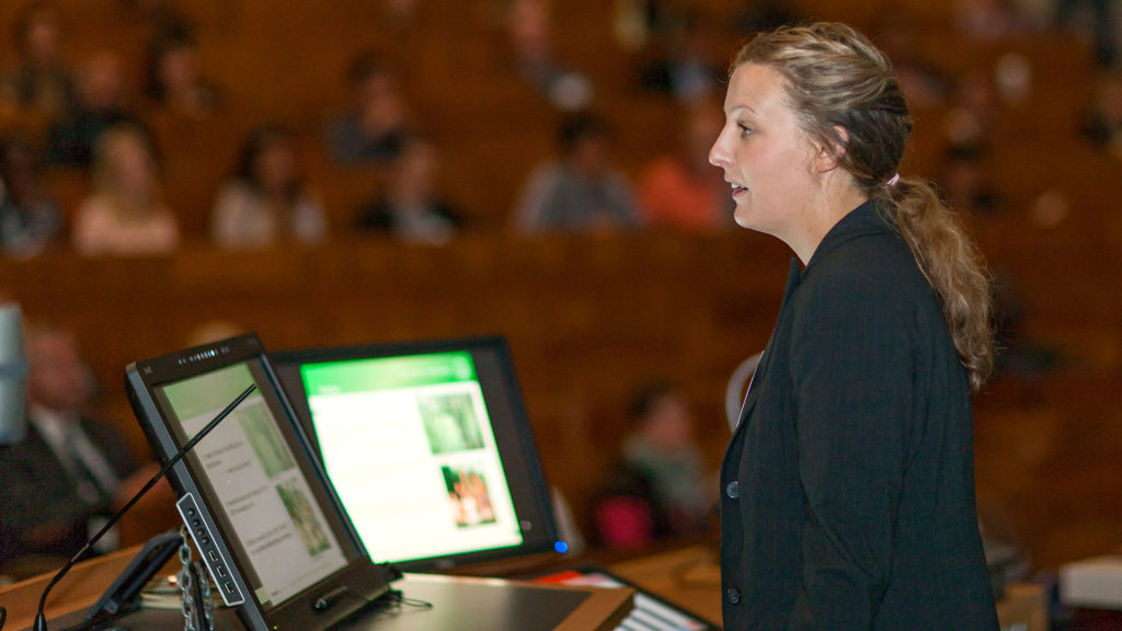 Pressefotografie: Rednerin vor abgedunkeltem Hörsaal | Foto: Dieter Eikenberg, imprints