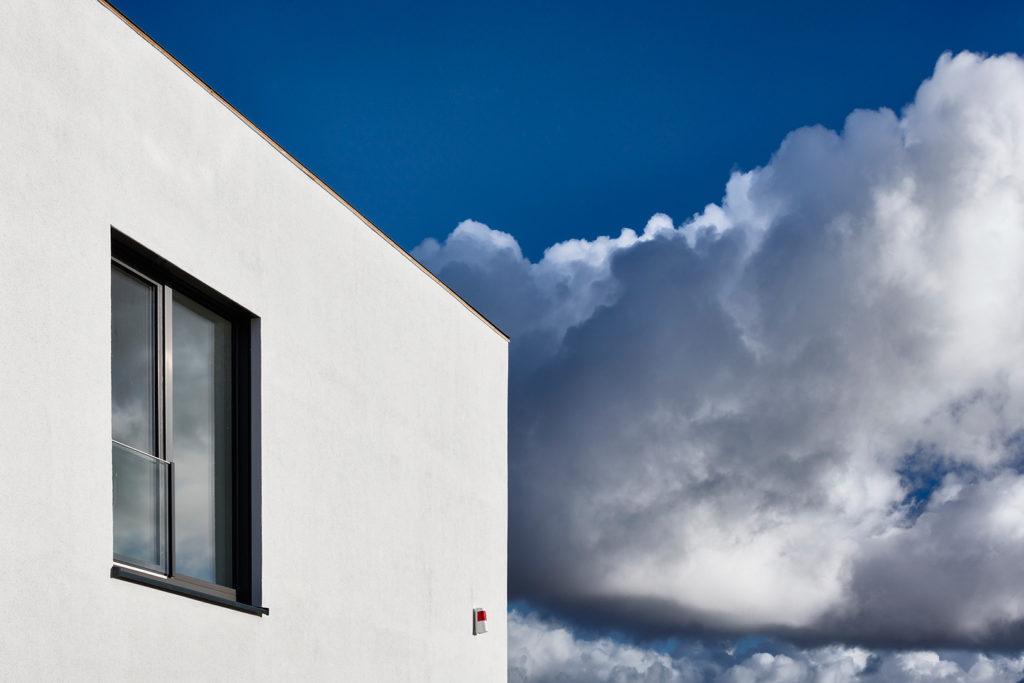 Gebäudeteil vor Wolke