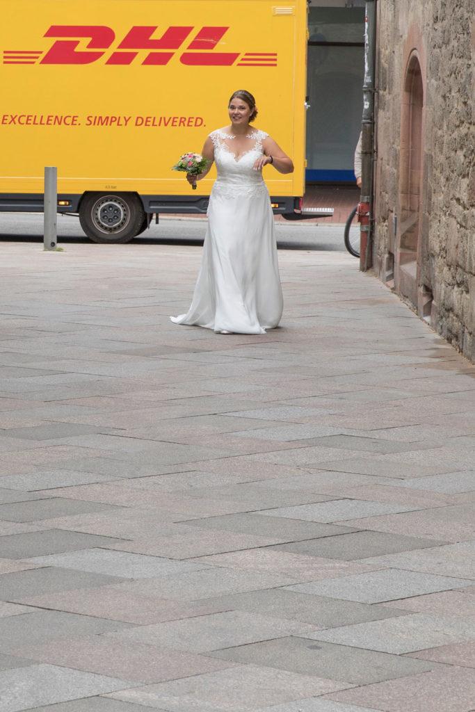 Die Braut eilt herbei