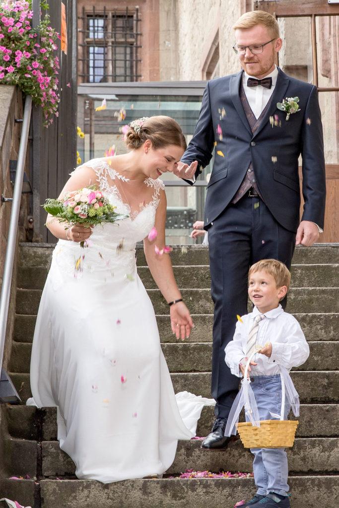 Brautpaar mit Blumenkind